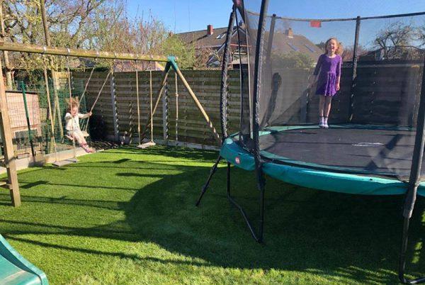 Kunstgras onder trampoline