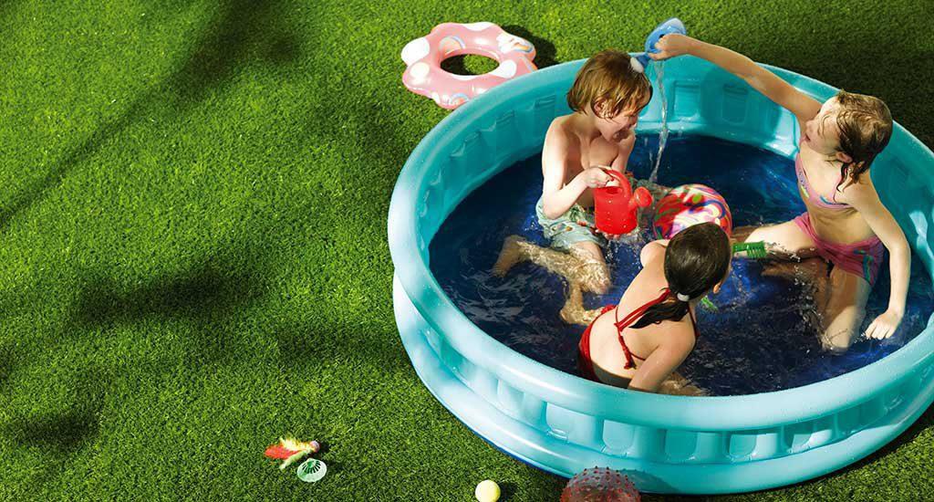 Zwembad op kunstgras