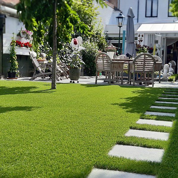 Kunstgras tuin met stapstenen