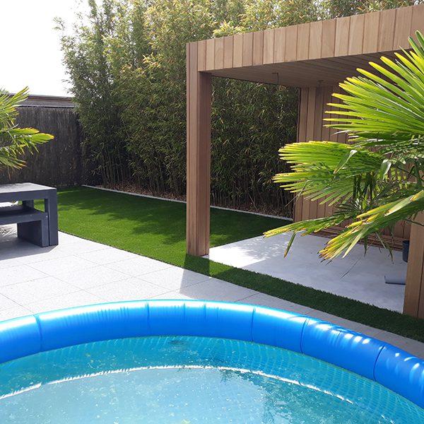 Moderne tuin met kunstgras