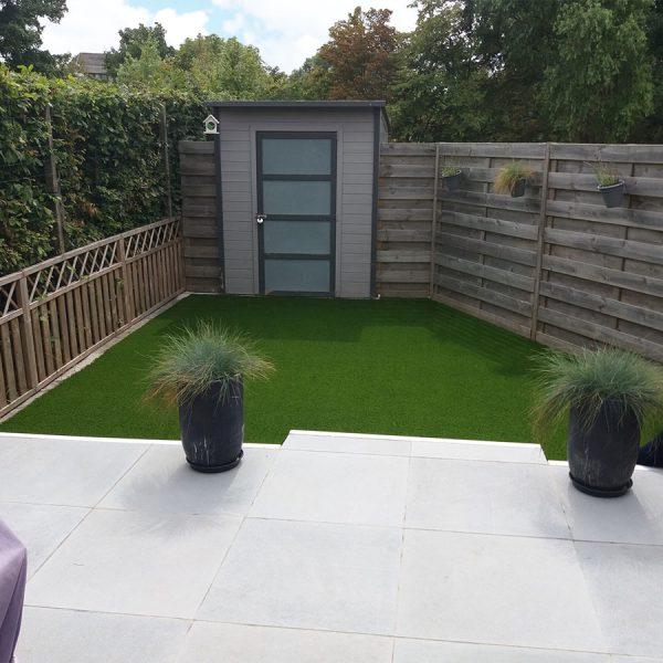 Kleine tuin met kunstgras