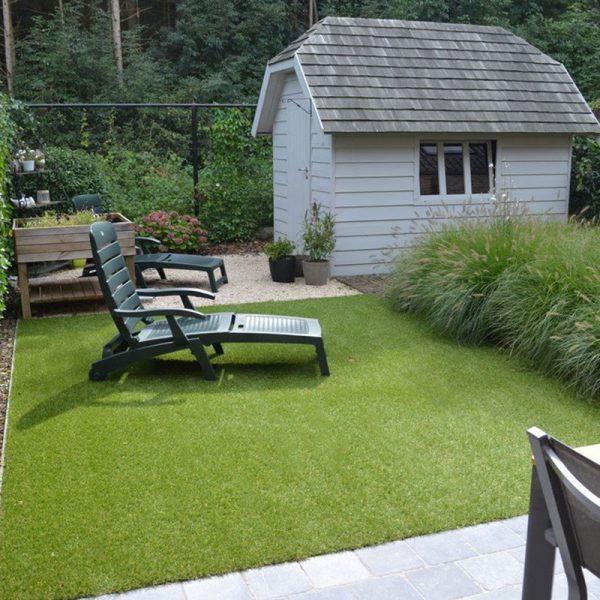 Relaxen in kunstgras tuin