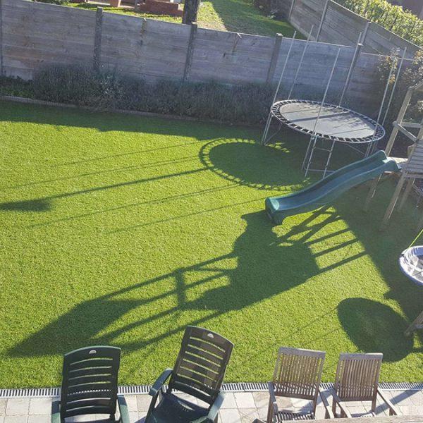 Trampoline in kunstgras tuin