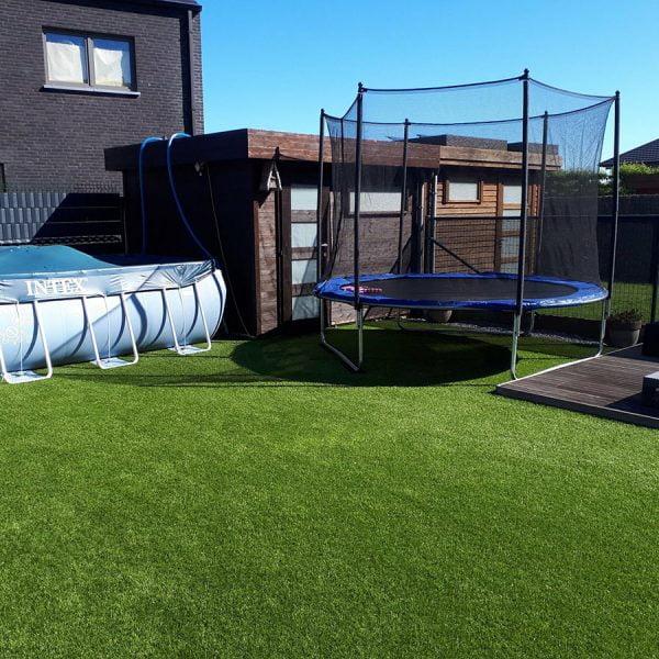Zwembad en trampoline op kunstgras