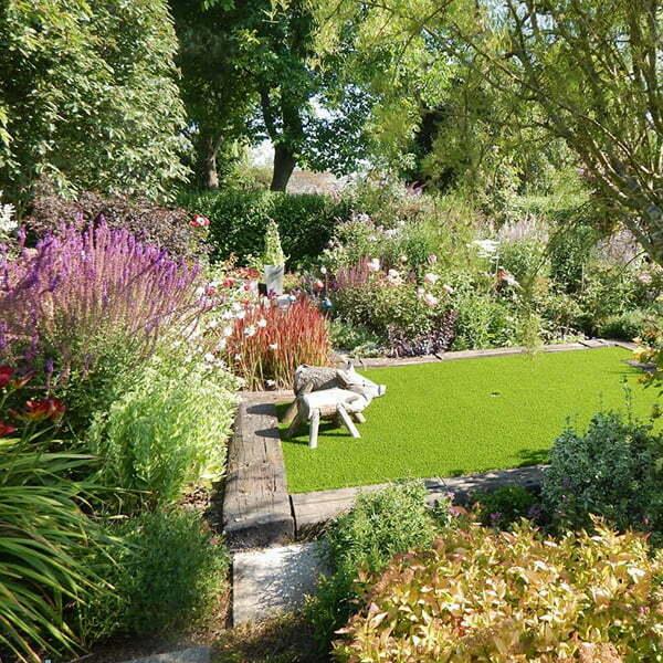 Weelderige tuin met kunstgras