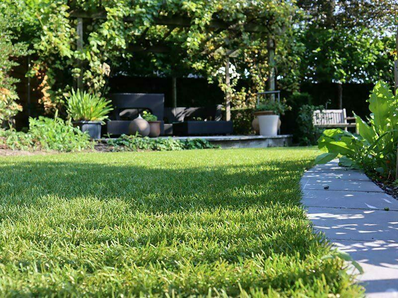 Beplanting en kunstgras-tuin