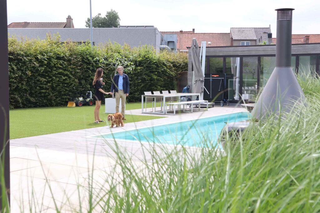 Showtuin Lauwe - kunstgras rondom zwembad