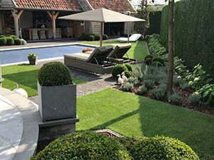 Rustgevende tuin met kunstgras rondom zwembad